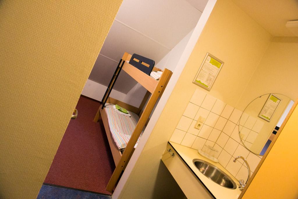 Je komt binnen in een halletje waarin het sanitair een plek heeft gekregen. Daarna kom je in het slaapgedeelte.