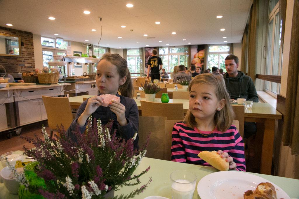 De meiden vinden het erg leuk om zelf te kiezen bij het ontbijtbuffet.