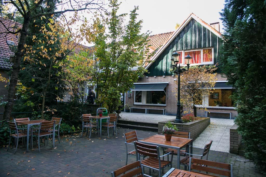 Stayokay Arnhem ligt half in het bos.