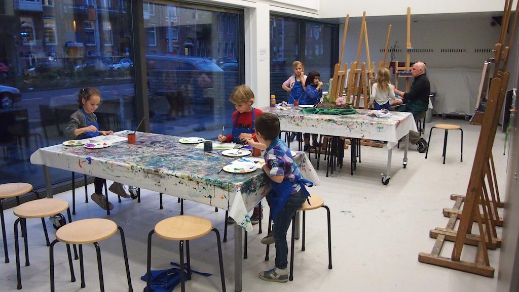 De kinderen die hun schilderij klaar hebben mogen zich verder uitleven op een vel papier.