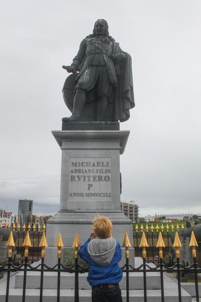 Gevonden! Het standbeeld van Michiel de Ruiter.