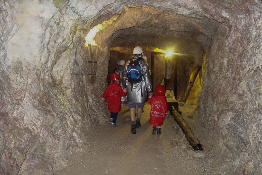 Al lopend door de smalle gangetjes in de zilvermijn.