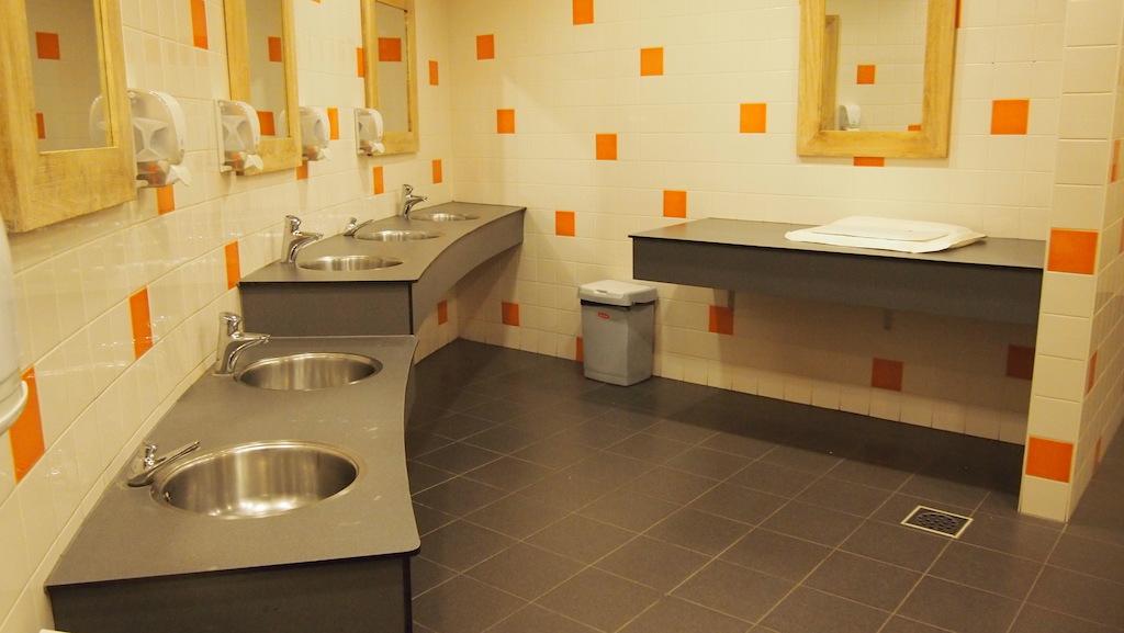 De toiletten zijn geschikt voor het hele gezin.