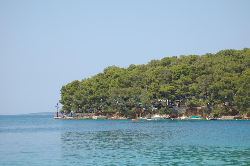De camping ligt mooi aan zee.