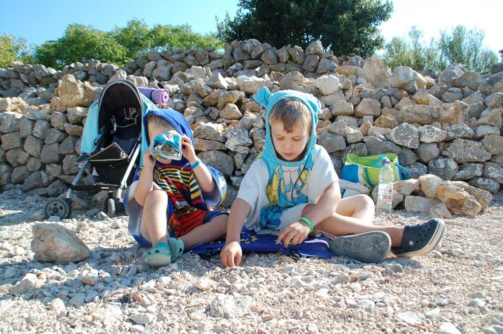 Spelen met de kiezels op het strand.