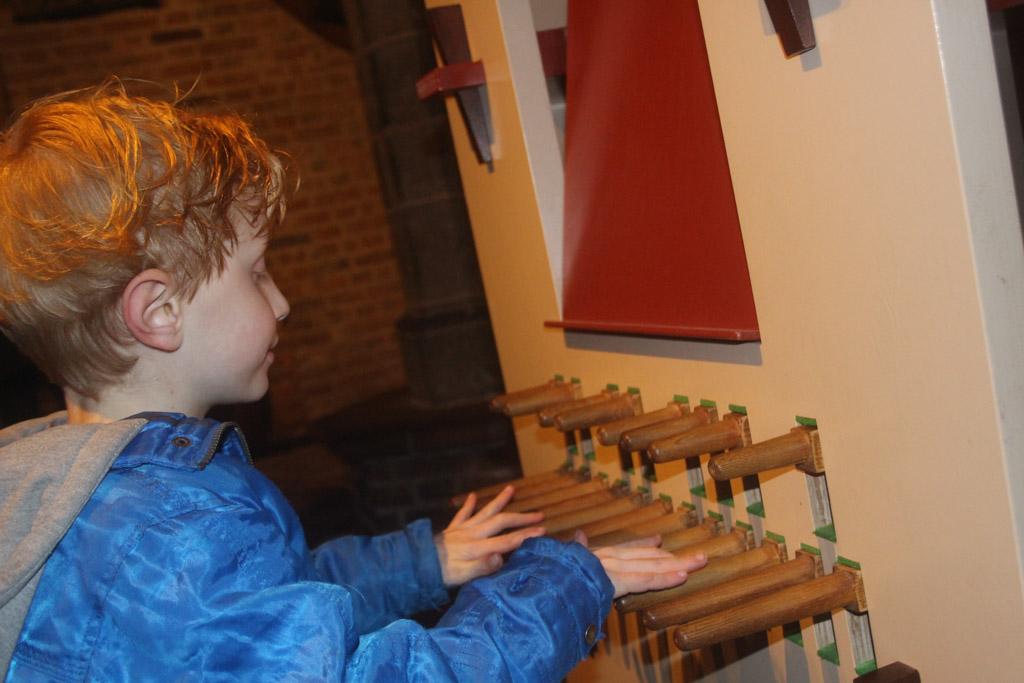 De tweede beloning, even mogen spelen op het kindercarillon.