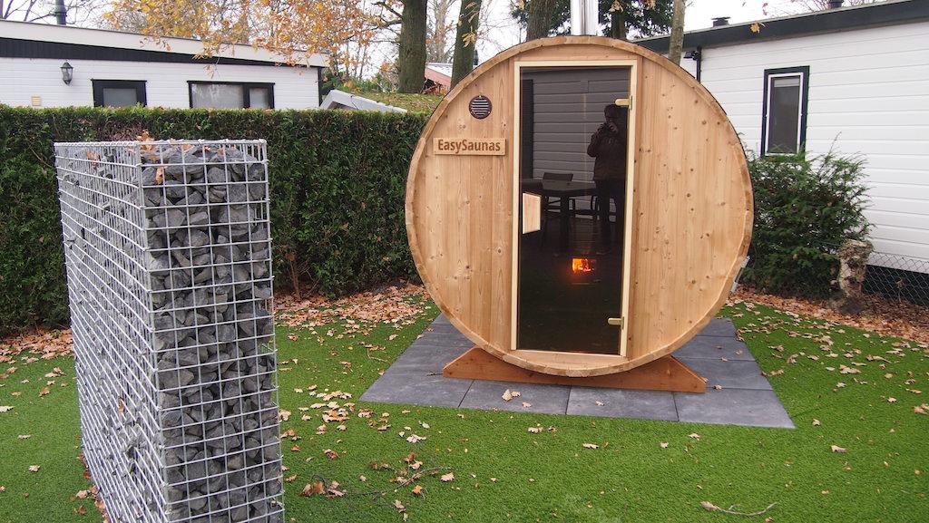 Vuurtje opstoken in de sauna.