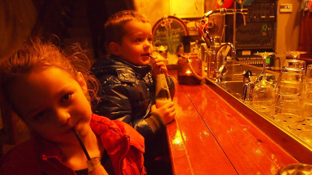 Bij de bowlingbaan drinken we eerst iets aan de bar.