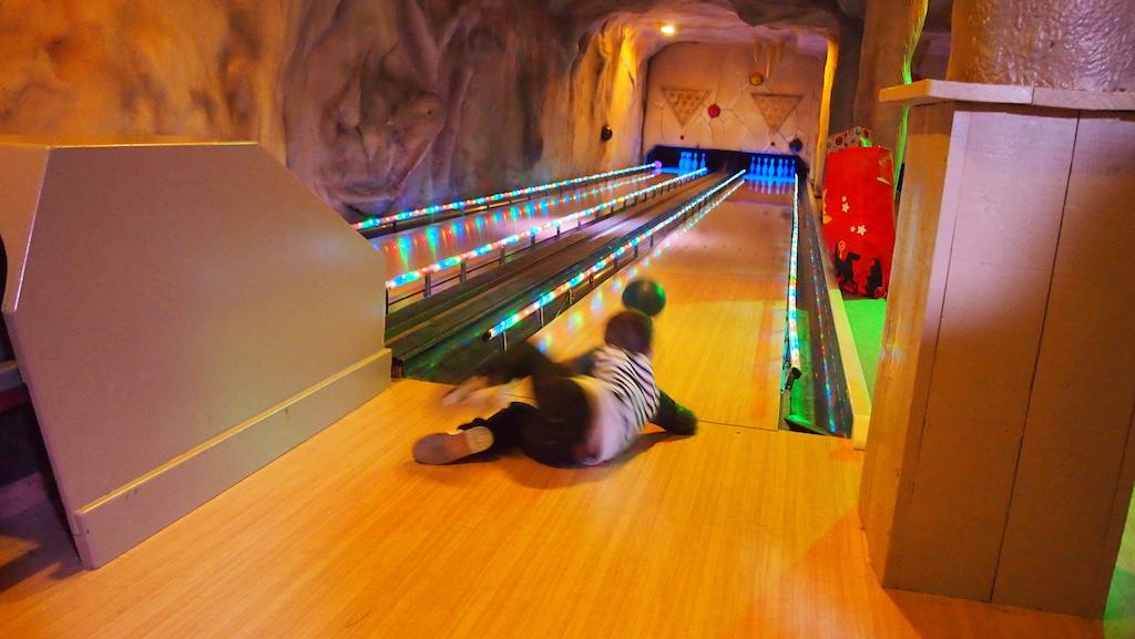 Camiel gooit de bowlingbal met volle overtuiging.