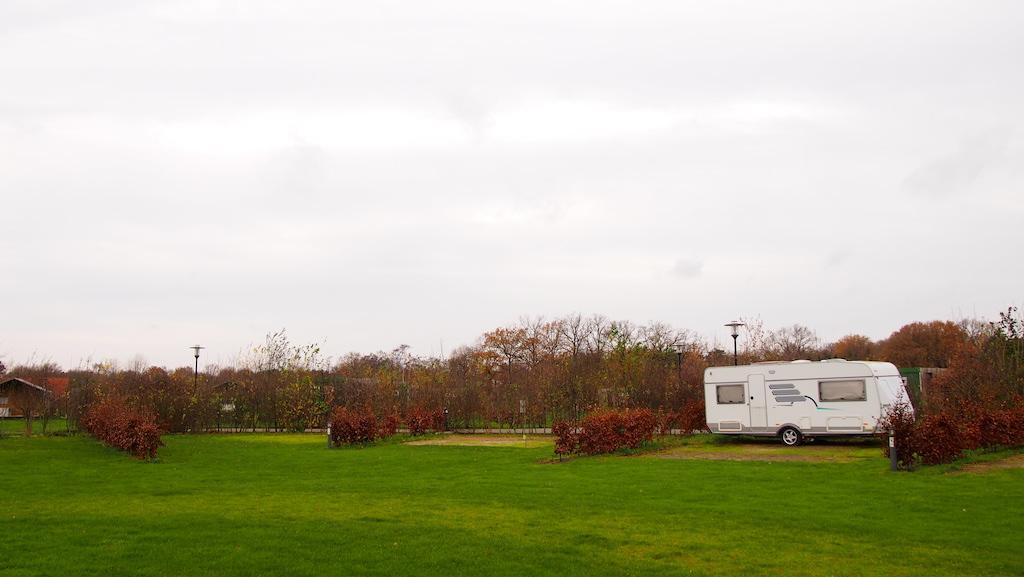 De kampeerplekken zien er ruim uit, al is het lastig inschatten met maar 1 caravan in december.