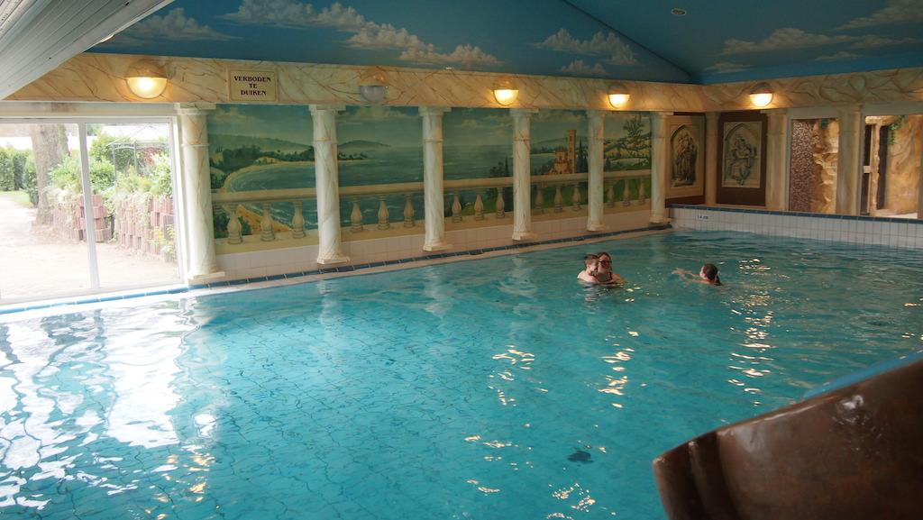 Het zwembad met rechts voor nog een randje van de glijbaan.