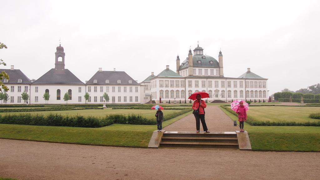 Tijdens een regenachtige dag wandelen we - gratis - door de kasteeltuin.