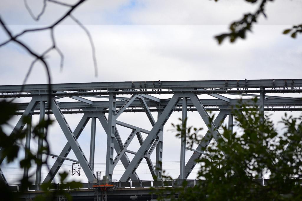 Daar lopen de mensen op de brug.