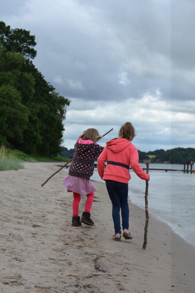 Wandelen langs het strand. Met de wandelstok!