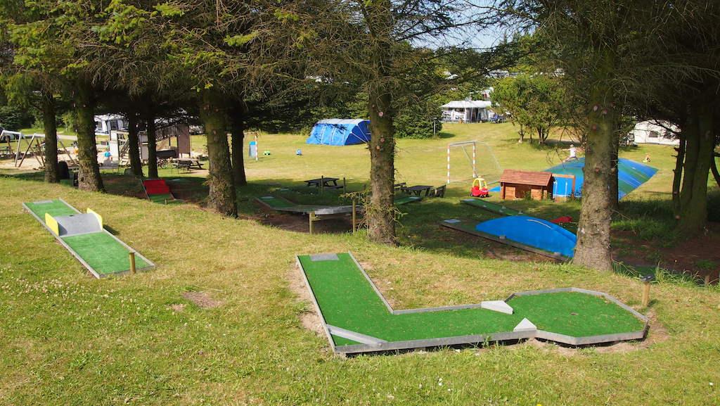 Voor de liefhebbers is er een mini golfbaan op Guldager Camping.