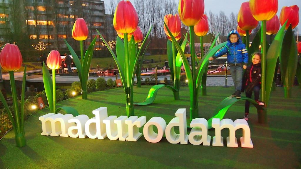 Op de foto bij de grote tulpen in Madurodam.