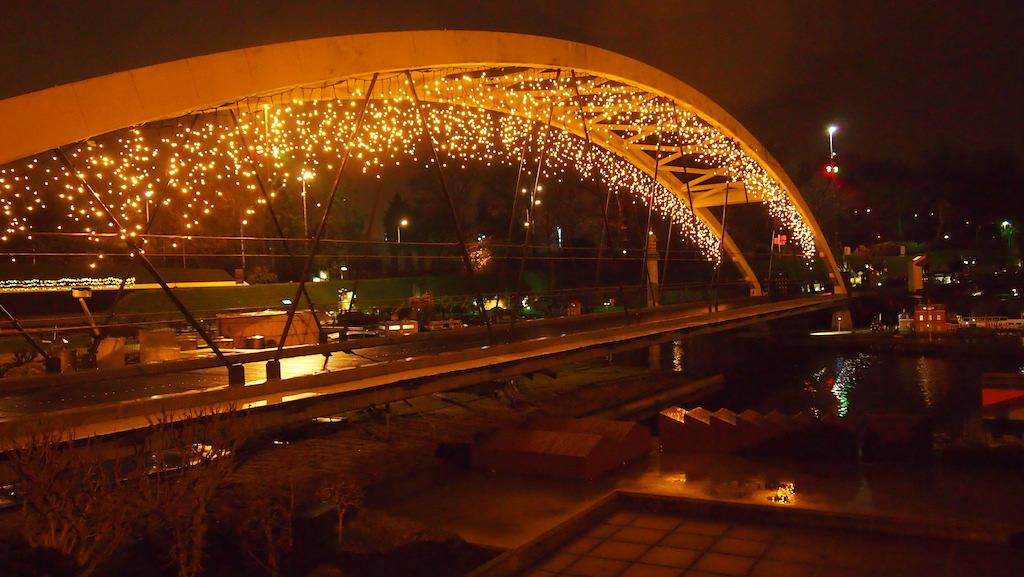 De bruggen zijn voorzien van mooie lampjes.