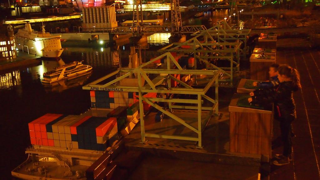 De grote schepen in de haven beladen.