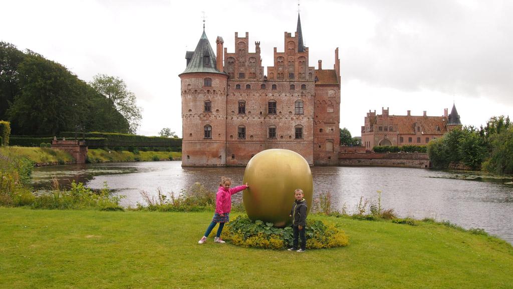 We vinden zelfs een gouden ei.
