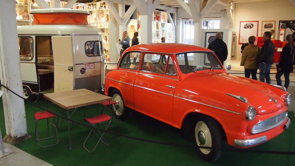 Leuk: vintage auto met bijbehorende caravan.