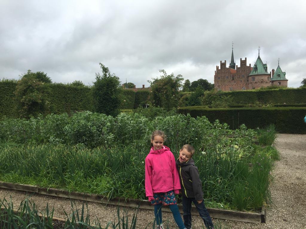 In de kasteeltuin.