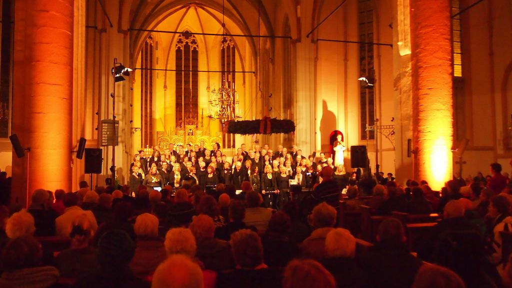 Naar het koor luisteren in de kerk.