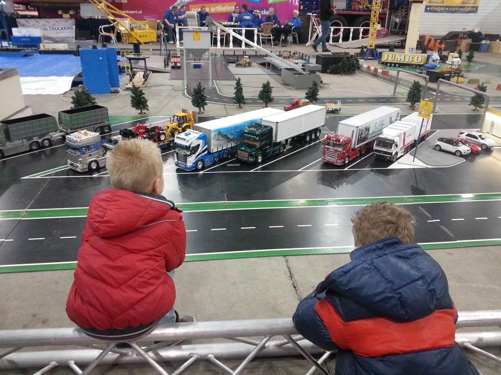 Genieten op van de modelbanen op het Megatrucks festival.