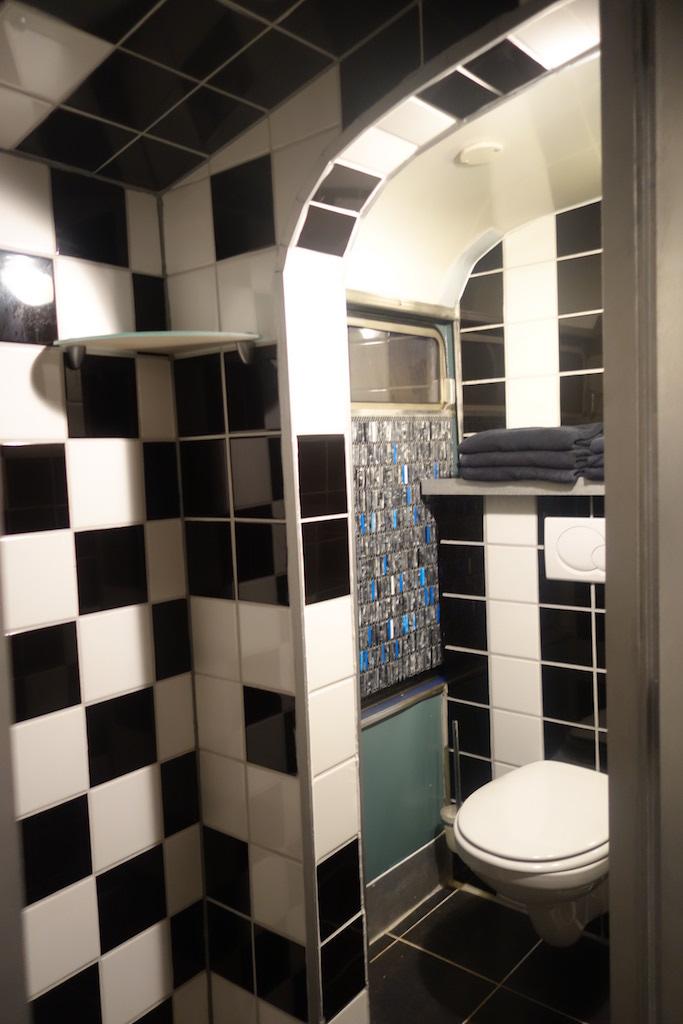 Douche en toilet zijn compact maar wel compleet.