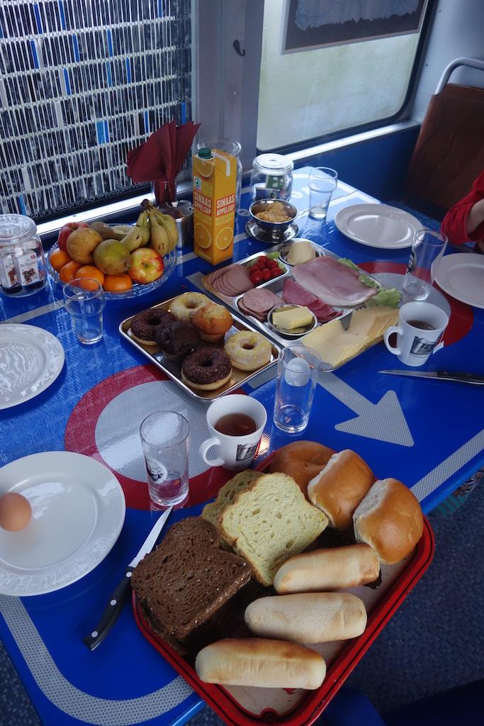 Uitgebreid ontbijt in de tram.
