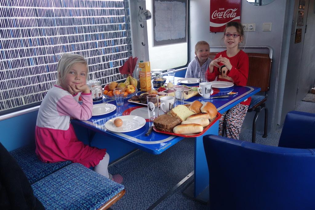 Er is voldoende zitruimte om te ontbijten in het blauwe compartiment.