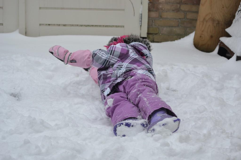 Met de juiste kleding is het lekker spelen in de sneeuw.