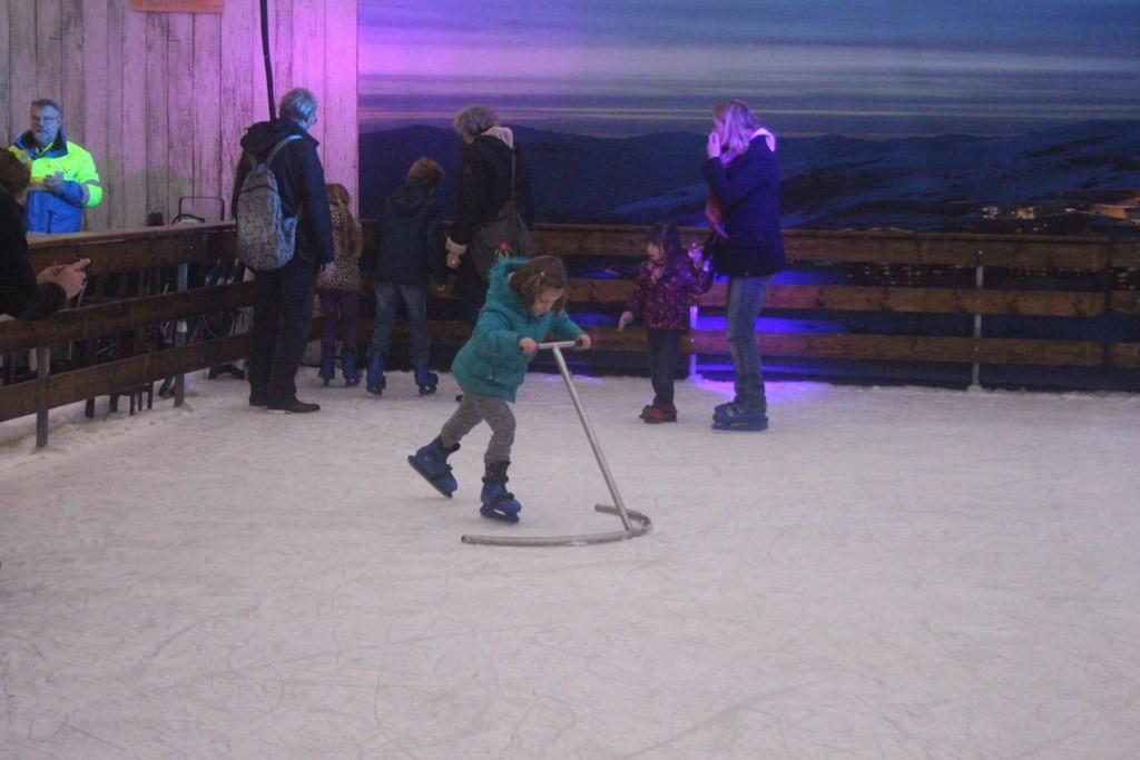 Naar de schaatsbaan! Jongste dochter staat voor het eerst op echte schaatsen.