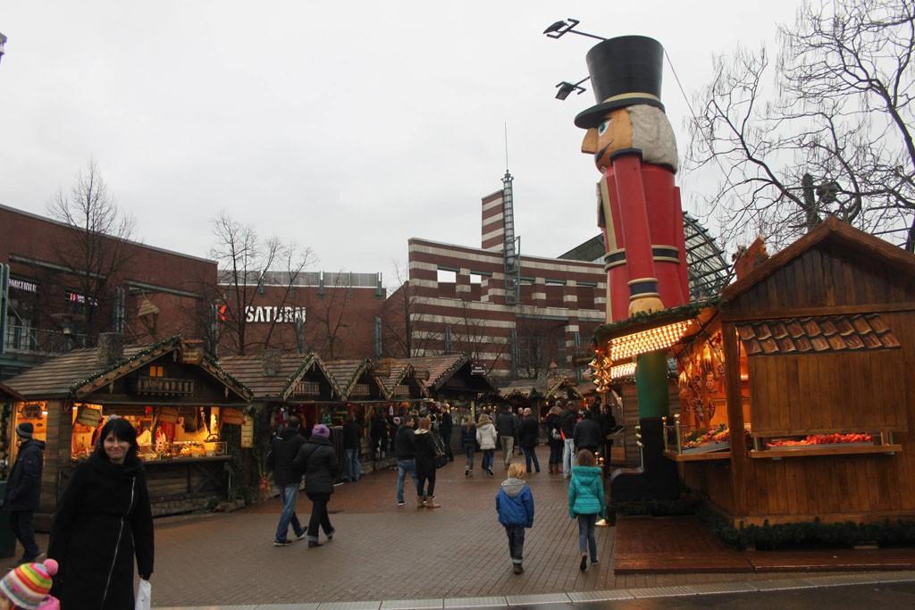 In Oberhausen gaan moderne winkels en traditionele kerstmarktkraampjes hand in hand.
