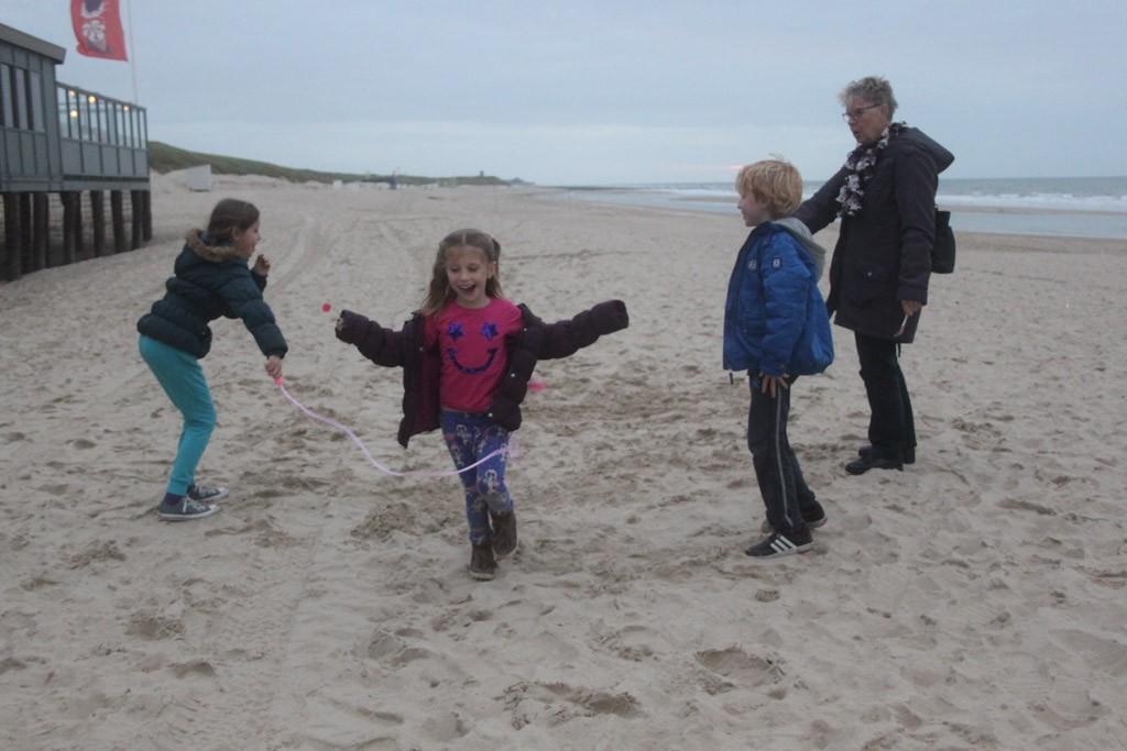 Spelen op het strand, zeker een van de low budget tips voor zeeland