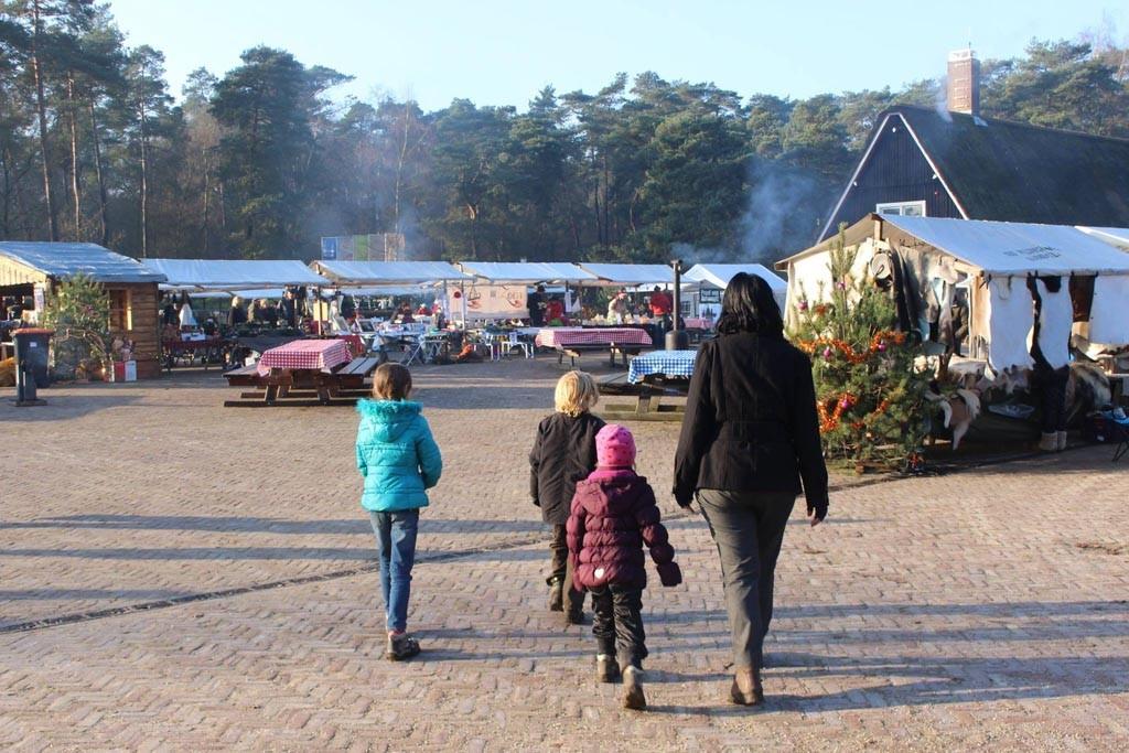 De kerstmarkt van Nationaal Park De Hoge Veluwe is kleinschalig en daardoor zeer geschikt voor een bezoek met kinderen.