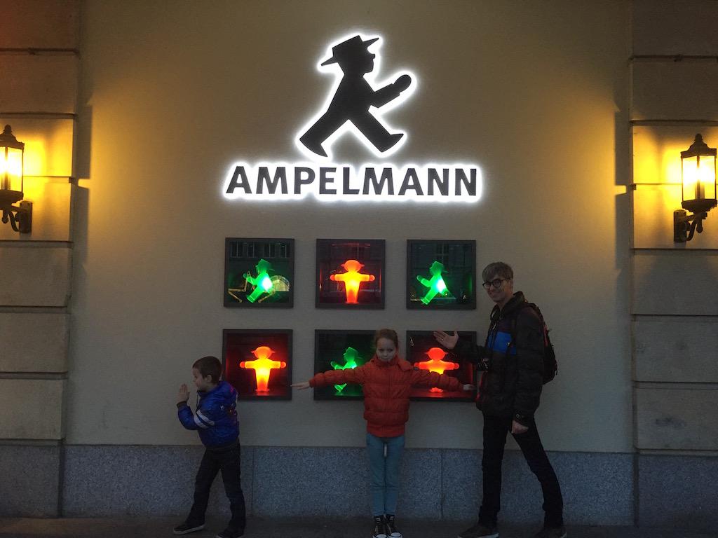 In de Ampelmann-houding.