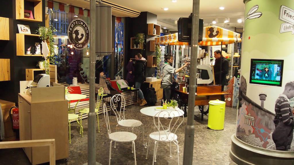 Cafe in de Ampelmann winkel.