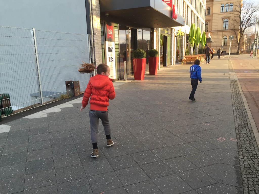 Springend in de houding van de lopende Ampelmann.