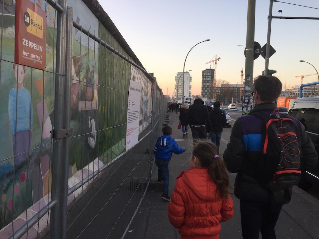 We lopen langs de Muur en bekijken ieder op onze eigen manier de afbeeldingen.