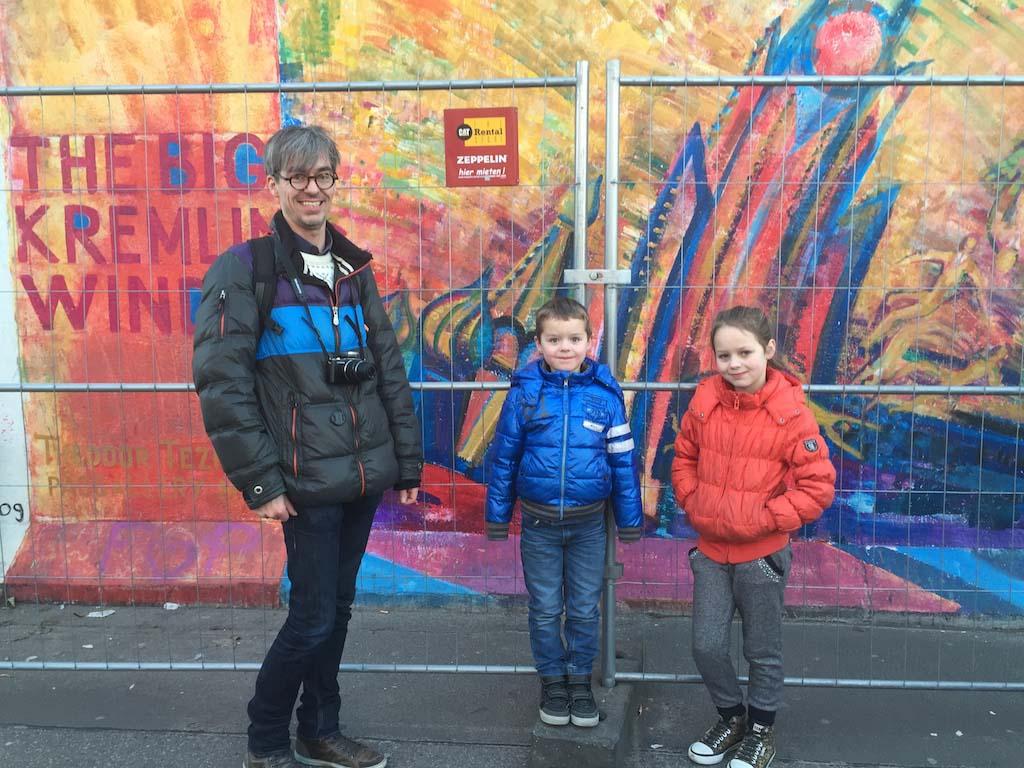 De kinderen willen graag op de foto bij de kleurige kunstwerken.