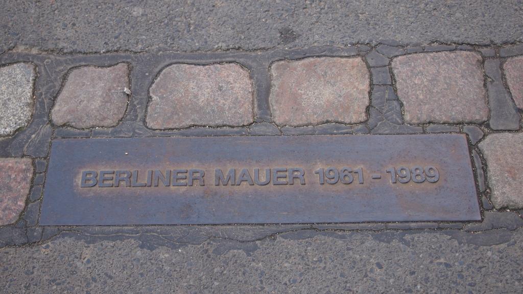 Op veel plekken is in de bestrating de situering van de Berlijnse Muur terug te zien.