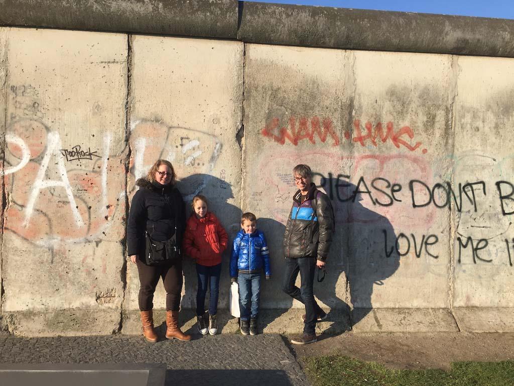 Restanten van de berlijnse muur bezoeken met kinderen - Muur van de ingang ...