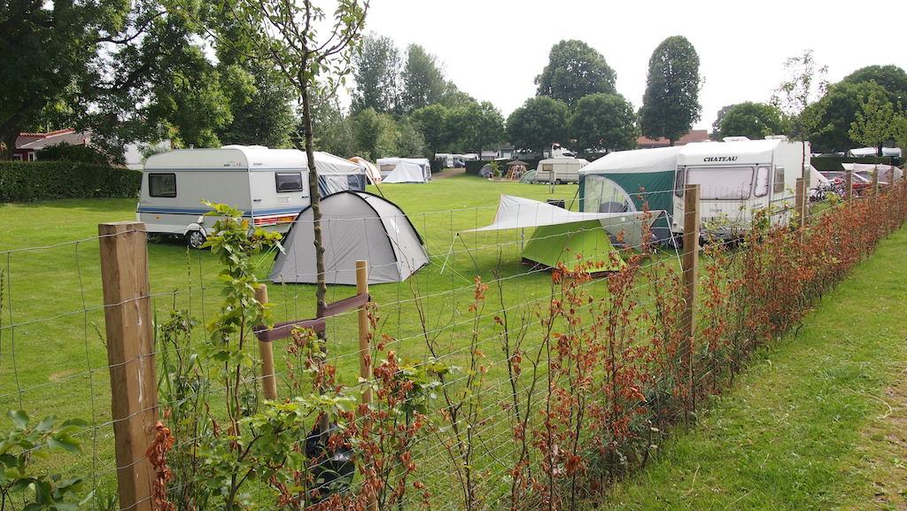 Zicht op de camping vanaf het wandelpad naar het centrum.