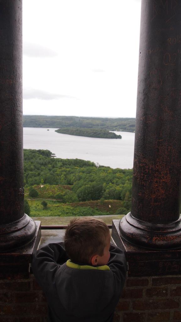 Vanuit de toren naar het uitzicht kijken.
