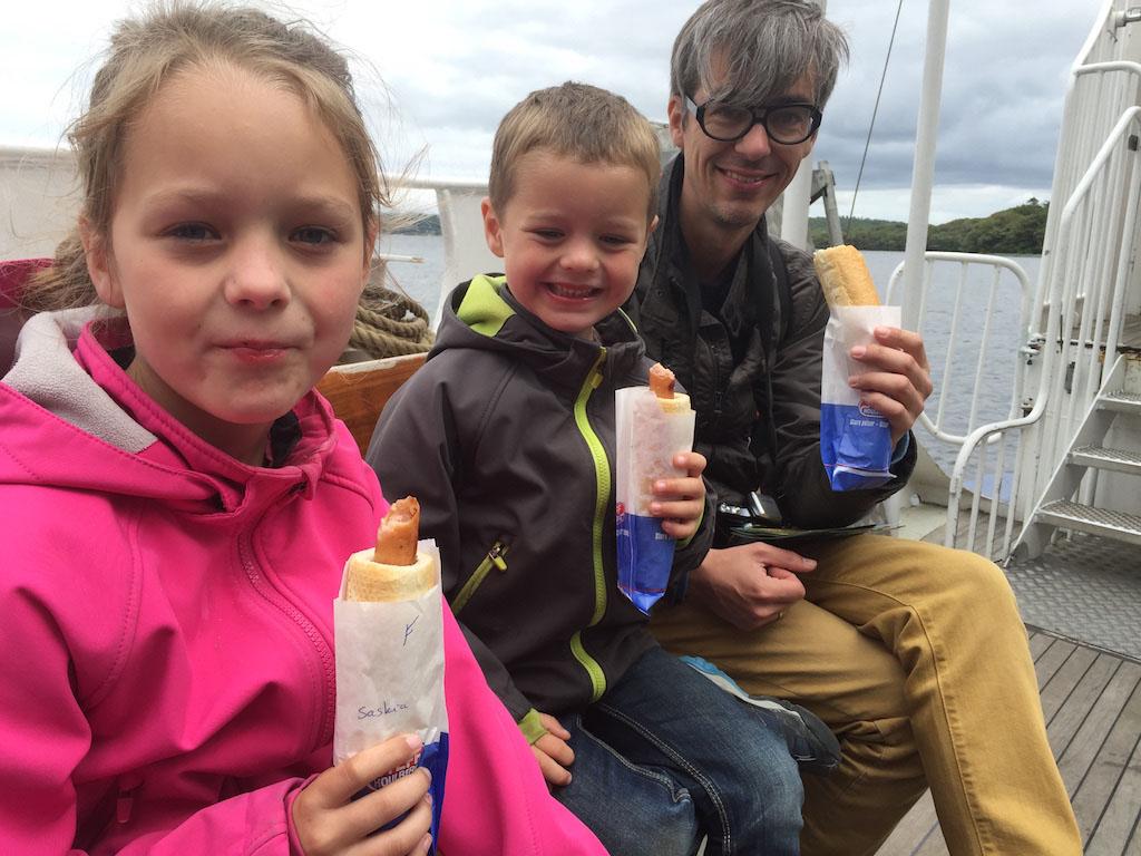 Met ons lekkere broodje eerst achterop de boot. Maar al snel wordt het weer te slecht en vluchten we naar binnen.