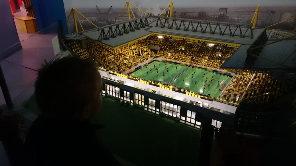 Voetbal spelen in het stadion van LEGO.