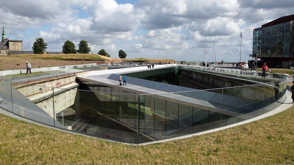 Het museum ligt ondergronds en is ingebouwd in een oud droogdok.