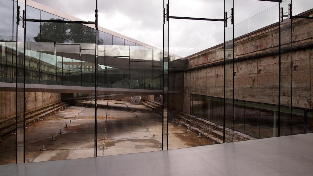 Zicht vanuit het museum in het droogdok.