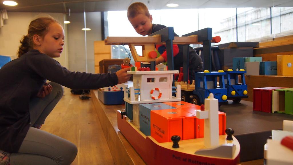 De speelruimte waar kinderen zelf met boten kunnen spelen.