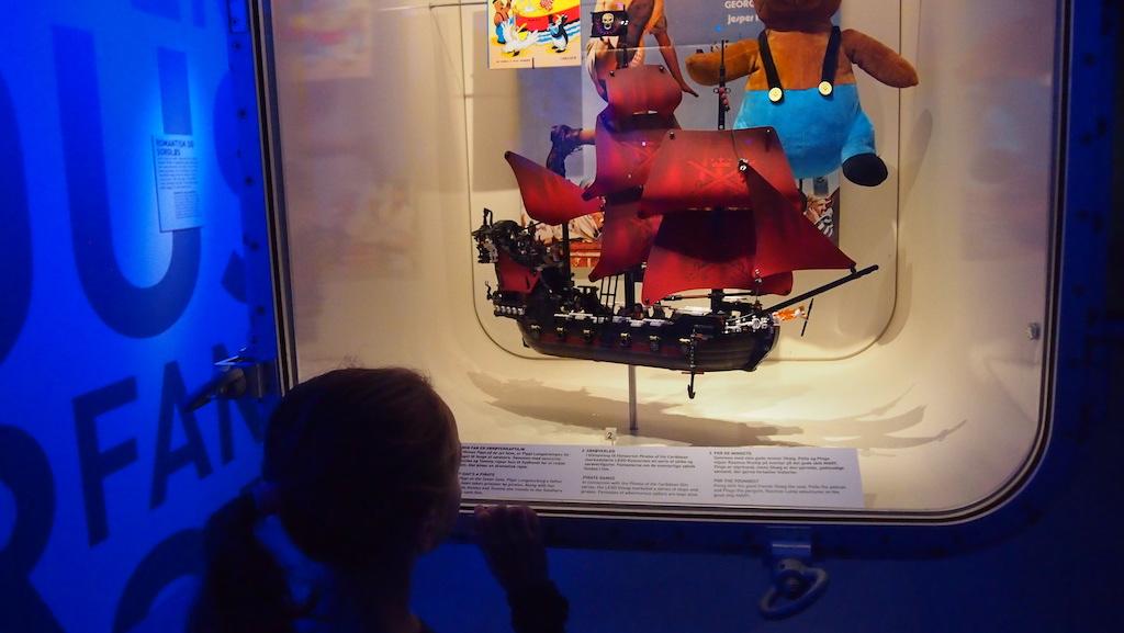 Meestal worden kinderen niet blij van vitrines in een museum, maar in het Maritiem Museum in Helsingor zijn zelfs deze erg aantrekkelijk.